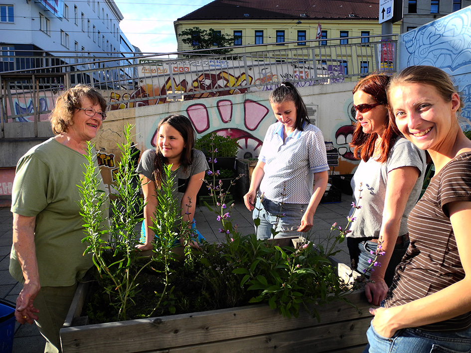 Einige-der-NachbarschaftsgaertnerInnen-vom-Schwendermarkt-mit-Gaertnerin-Maria-ganz-links_2014_credit_Samstag-Kopie